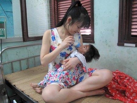 Nhìn hình ảnhThanh Tâm cho bé Yến Nhi uống sữa,có lẽ không ainghĩ rằng đây là một cô gái chỉ mới 25 tuổi, chưa có gia đình.Thanh Tâm chia sẻ, khi đọc được thông tin về Yến Nhi,nhìnem bégầygò chỉ còn da bọc xương và đôi mắt sáng to tròn,cô đau lòng đến mức chỉ muốn tìm đến nhà bé Yến Nhiđể làm một điều gì đó cho con bé.Ảnh: Internet