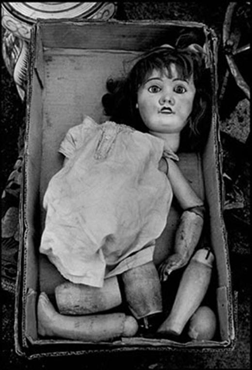 Cả chân và tay của con búp bê bị bẻ ra từng khúc nhỏ cùng cái đầu rời lìa khỏi thân khiến người xem không khỏi rùng mình.