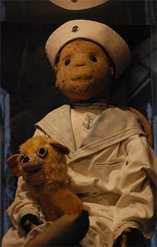 Con búp bê Robert nhìn đáng yêu như vậy nhưng thực chất hàng loạt vụ chết được cho rằng đãxuất phát từ nó. Đây chính là nguồn cảm hứng để làm bộ phim búp bê ma Chucky.