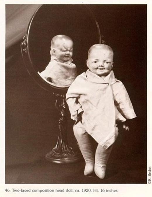 Vào những thập niên 1920, người ta còn sản xuất ra cả những con búp bê 2 mặt. Cái này là một cấp độ kinh hoàng vượt hẳn khi búp bê biết hộc máu.