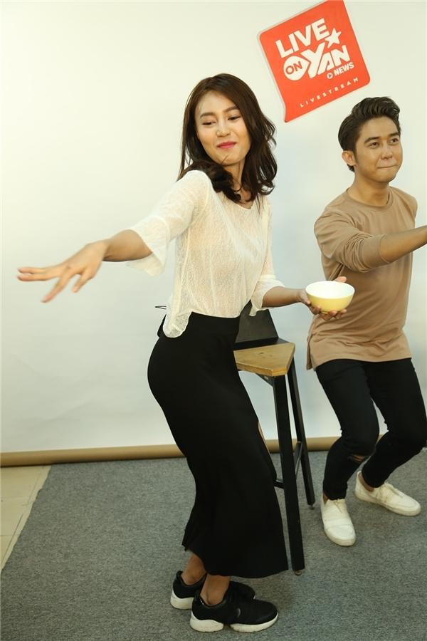 Nữ diễn viên không ngần ngại thực hiện những thử thách của chương trình. - Tin sao Viet - Tin tuc sao Viet - Scandal sao Viet - Tin tuc cua Sao - Tin cua Sao