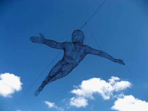 7. Cái gì vừa sinh ra đã bay được, sau đó lại nằm xuống khi còn sống và bỏ chạy khi chết đi?(Ảnh Internet)