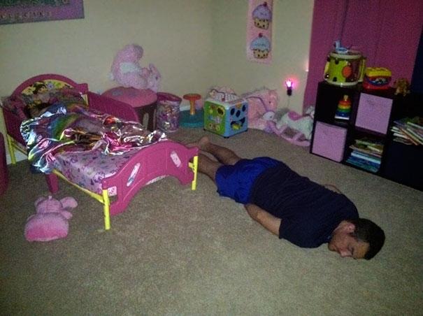 """Vừa dỗ cho con ngủ xong thì bố cũng """"thăng"""" luôn."""