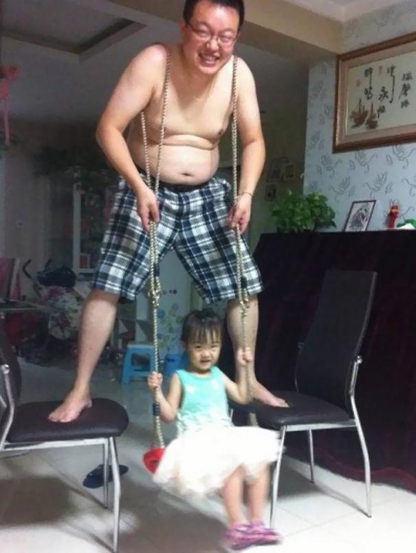 Thương bố vất vả làm xích đu cho con gái. Bố là tất cả! (Ảnh: Internet)