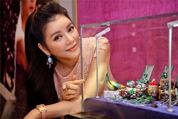 Tính đến thời điểm hiện tại côđang là một trong những người đẹp giàu nhất nhì showbiz Việt khinắm trong tay một cửa hàng kim cương cao cấp, đồng thời là sở hữu cửa hàng thời trang hàng hiệu có giá trị lên đến hàng trăm tỉ. - Tin sao Viet - Tin tuc sao Viet - Scandal sao Viet - Tin tuc cua Sao - Tin cua Sao