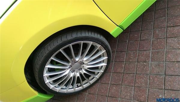 Ở phía đuôi xe, gần như toàn bộ thiết kế của Veyron được bê lên Honda Accord từ cản sau, đèn hậu cho đến khoang động cơ. Thậm chí, khu vực cánh gió cũng được tạo hình với đường cắt tương tự.(Ảnh: internet)