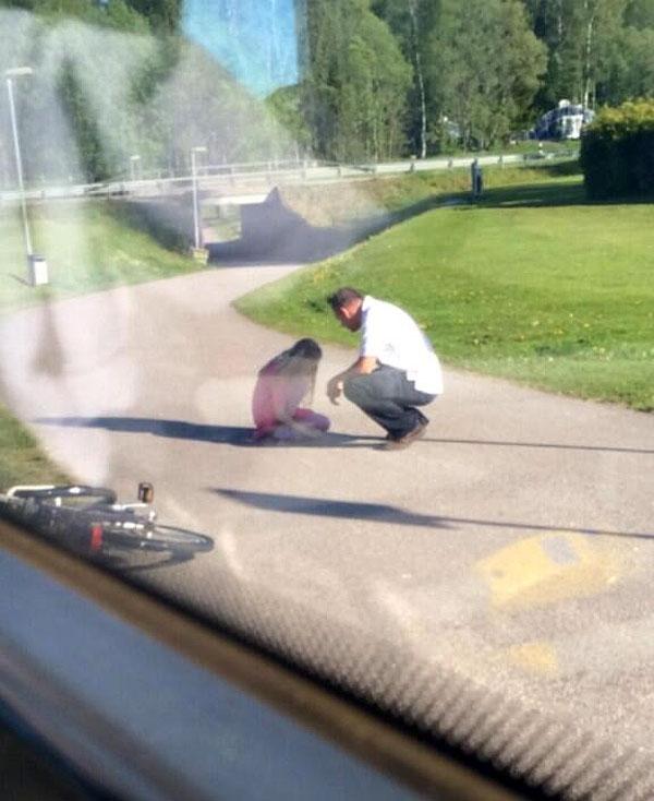 Người tài xế dừng xe buýt để an ủi một cô bé bị bạn bè bắt nạt đang ngồi khóc bên vệ đường.