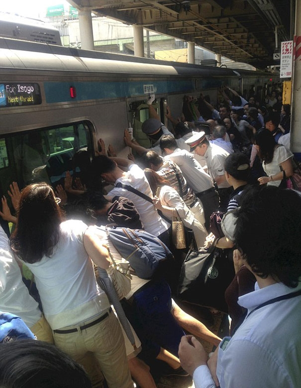 Toàn bộ các hành khách trên một chuyến tàu ở Nhật Bản cùng nhau đẩy toa tàu qua một bên để cứu một người phụ nữ bị mắc kẹt bên dưới.