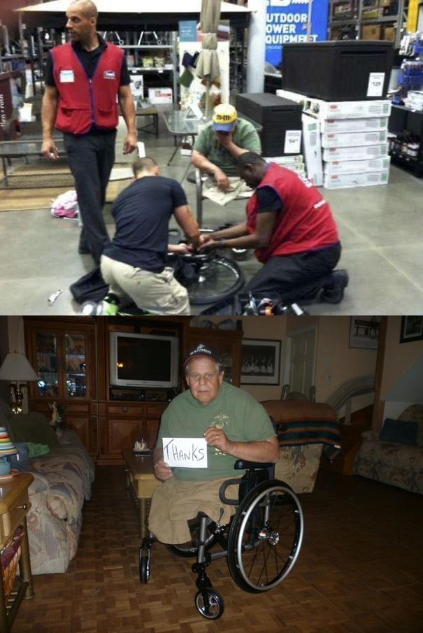 Chiếc xe lăn của người đàn ông này bị hỏng nên các nhân viên siêu thị cùng nhau sửa nó giúp ông.