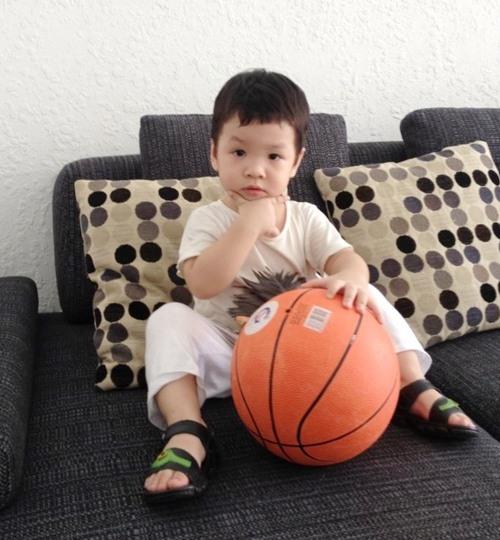 Khải Minh là quý tử đầu lòng nhà Đan Lê - Khải Anh. Năm nay bé đã gần 4 tuổi. - Tin sao Viet - Tin tuc sao Viet - Scandal sao Viet - Tin tuc cua Sao - Tin cua Sao