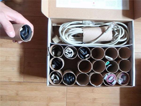 Lõi giấy vệ sinh là một vật dụng hữu hiệu dùng để cất những đoạn dây sạc, giúp bảo quản dây sạc không bị hư và tủ đồ của bạn củng sẽ gọn gàng hơn.