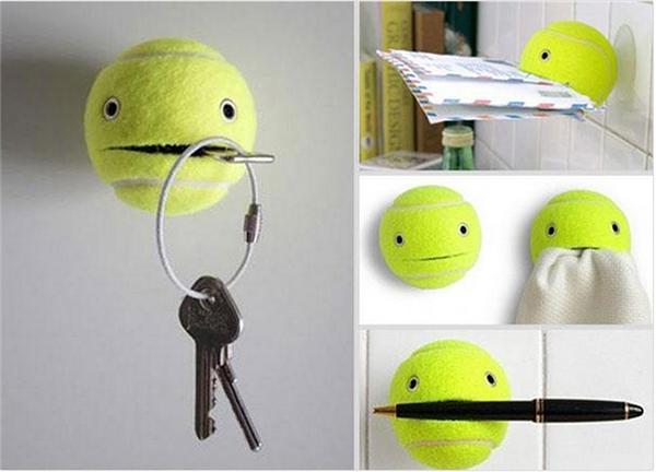 Cắt một quả bóng tennis cũ và dán chúng lên tường có thể giúp bạn giữ được nhiều vật khác nhau như chìa khóa, khăn, thư từ...