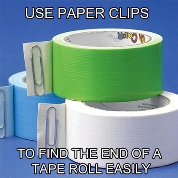 Dùng một chiếc ghim tài liệu để dán vào đầu băng dính, như vậy sẽ giúp bạn không còn mất thời gian để mò tìm mỗi khi cần sử dụng.
