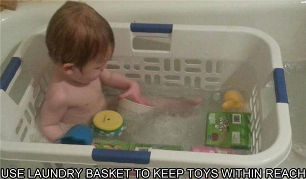 Quá mệt mỏi vì phải thu dọn và vệ sinh đồ chơi của con nhỏ, hãy đặt bé cùng với đồ chơi vào giỏ đựng đồ sau đó cho vào bồntắm.