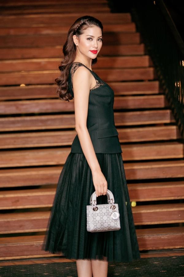 """Chiếc túi xách """"không ăn nhập"""" đến trang phục trở thành điểm nhấn, tạo nên sự nổi bật cho người đẹp. - Tin sao Viet - Tin tuc sao Viet - Scandal sao Viet - Tin tuc cua Sao - Tin cua Sao"""