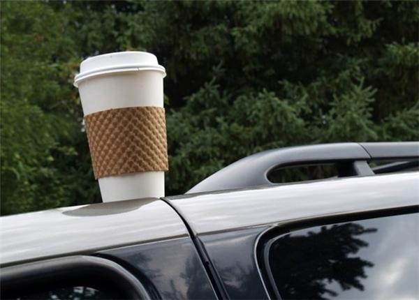Đừng để cafe đổ lên xe. (Ảnh: internet)