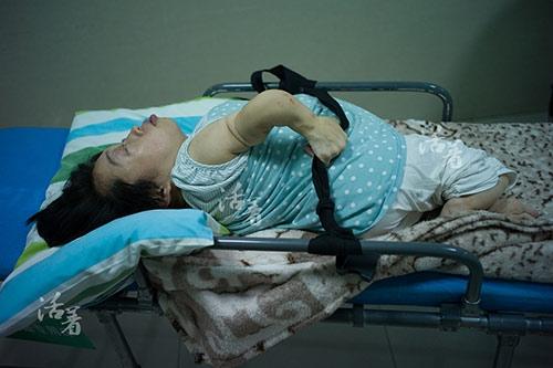 Chị Hồ Lục ngoài mắc căn bệnh xương giòn còn bị bệnh còi xương, dị dạng cột sống mà chị còn mang nhóm máu hiếm. Bất chấp những khuyết tật liên tiếp đè lên cuộc sống của mình, nhiều năm qua, chị vẫn tích cực tham gia vào các hoạt động tình nguyện của cộng đồng người khuyết tật.