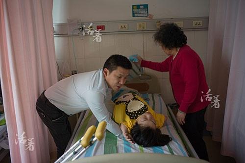 Anh Khải tuy bị liệt nhưng vẫn có thể di chuyển và bế vợ. Giờ đây chị Lục mang thai cơ thể nặng hơn rất nhiều khiến việc bế chị trở nên khó khăn hơn nhưng anh vẫn giúp vợ những việc có thể mỗi ngày.