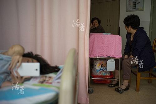 Khi có người đến thăm, bàn luận về tình hình sức khoẻ và sự liều mạng của chị Hồ Lục, chị vờ như không quan tâm.