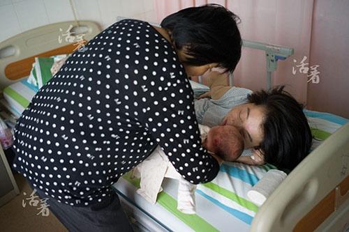 Tuy nhiên khi thấy người này bế một đứa trẻ, Hồ Lục vẫn muốn được ngắm nhìn em bé ấy. Cô thực sự khao khát muốn trở thành một người mẹ. Hồ Lục đã mang bầu được 30 tuần. Các bác sĩ nói, em bé càng ở trong bụng mẹ lâu thì cơ hội sống sót khi ra đời càng cao.