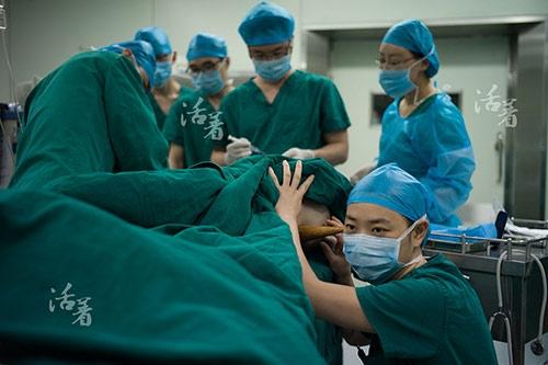 Gây mê trước khi phẫu thuật là một công việc đòi hỏi trình độ cao của bác sĩ. Việc gây mê cho bà mẹ này còn khó khăn gấp bội. Trong lúc chị được gây mê, một bác sĩ sản khoa liên tục theo dõi tình trạng của thai nhi.