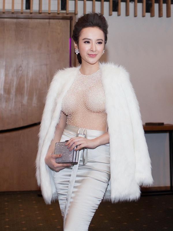 Một chiếc váy xuyên thấu khác của Angela Phương Trinh cũng bị nhận xét không mấy tinh tế khi tạo cảm giác ngột ngạt cho người đối diện.