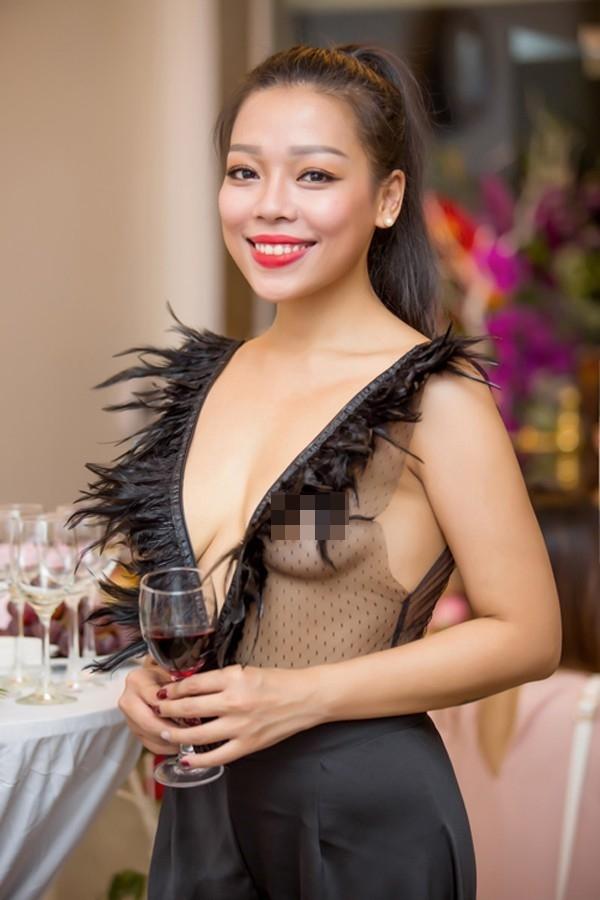 Hà Linh suốt một khoảng thời gian dài bị dư luận chỉ trích kịch liệt khi diện chiếc áo có như không.
