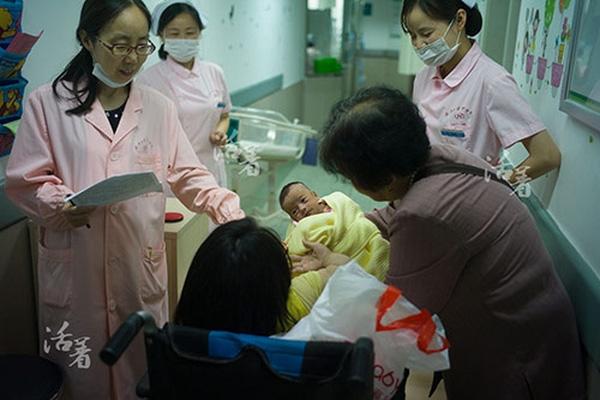 Các bác sĩ cho em bé gặp mẹ.Sức khỏe của đứa trẻ đã khá hơn nhiều, trọng lượng cơ thể của bé đã tăng lên 1,86 kg và không phải ở trong lồng ấp nữa.