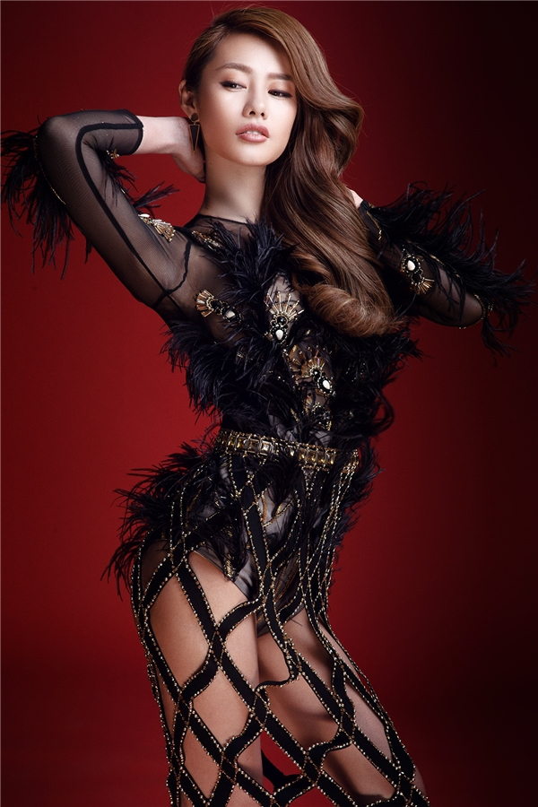 Thiết kế bodysuit được Đỗ Long tạo điểm nhấn bằng lông, tua rua mềm mại, quyến rũ. Mẫu thiết kế tôn vinh triệt để vẻ đẹp mà thượng đến ban tặng cho người phụ nữ qua những đường cong hút mắt.