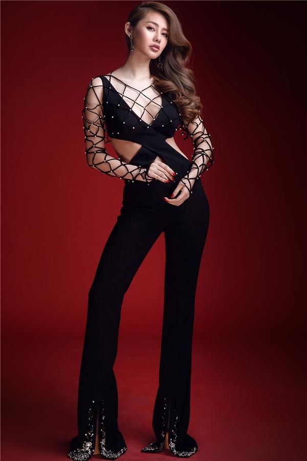 Đường cắt được Đỗ Long tập trung khai thác để mang đến vẻ ngoài mới mẻ hơn cho jumpsuit cổ điển. Với thiết kế này, Linh Chi phô diễn được đôi chân dài miên man, vòng eo thon gọn cùng những khoảng hở tinh tế ở phần ngực áo.