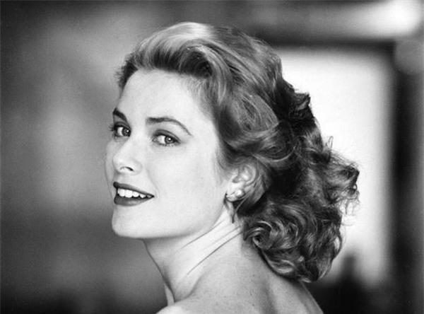 Từ một minh tinh Hollywood, cuộc đời Grace Kelly đã bước sang những trang đầy nước mắt khi sống trong cung điện hoàng gia.