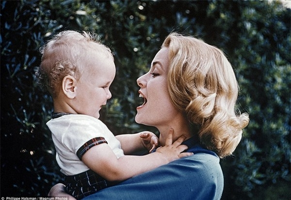 Cuộc sống của nữ diễn viên đình đám một thời giờ xoay quanh việc làm vợ, làm mẹ và làm một công nương mẫu mực.