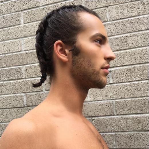 Điều phức tạpnhất đólà bạn phải giữ mái tóc dày, dài, và phải dưỡng để tóc chắc khoẻ.