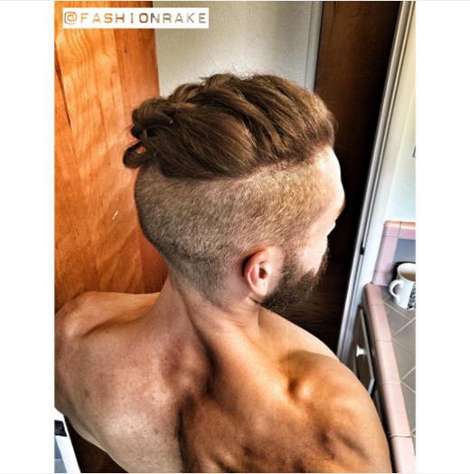 Tóc bím và cơ bắp là một sự kết hợp độc đáo.  Hoặc bạn có thể kết hợp màu tócnàng tiên cá và hình xăm ngay đầu.