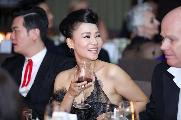 Đặc biệt, chiếc váy màu đen với những chi tiết cắt may độc đáo - tác phẩm của một nhà thiết kế quốc tế dành tặng riêng Thu Minh - mang đến cho côvẻ sang trọng, nền nã mà không kém phần cá tính. - Tin sao Viet - Tin tuc sao Viet - Scandal sao Viet - Tin tuc cua Sao - Tin cua Sao