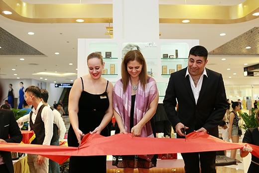 Đại sứ Israel - Bà Meirav Elon Shahar (giữa) và Giám đốc Công ty Milensea, Bà Sima Siman Tov cắt băng khai trương shop –417 tại Times City Hà Nội.