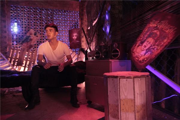 Cảnh Hồ Quang Hiếu phì phèo trong khói thuốc được xem là bước thử nghiệm táo bạo của nam ca sĩ.