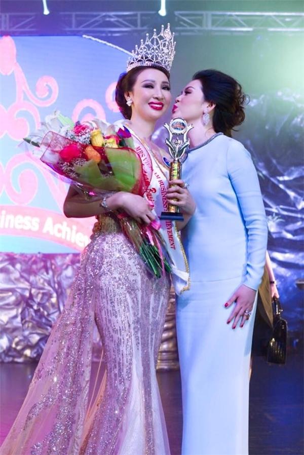 Doanh nhân Vũ Thúy Nga cũng rơi vào trường hợp tương tự khi tự ý dự thi Hoa hậu Doanh nhân thành đạt toàn cầu tại Mỹ. Sau khi đăng quang, bà Vũ Thúy Nga trở về Việt Nam tổ chức tiệc mừng và công bố danh hiệu.