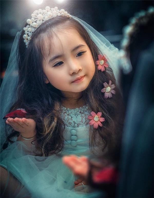 Vẻ xinh xắn như thiên thần của Cô bé tóc xù gây sốt cộng đồng mạng