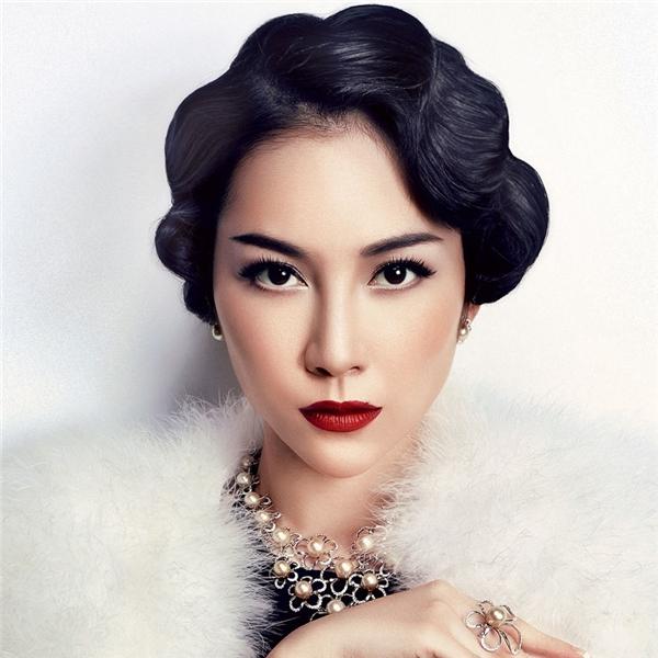 Linh Nga có thể nói là mĩ nhân sở hữu mái tóc xoăn cổ điển thu hút bậc nhất.