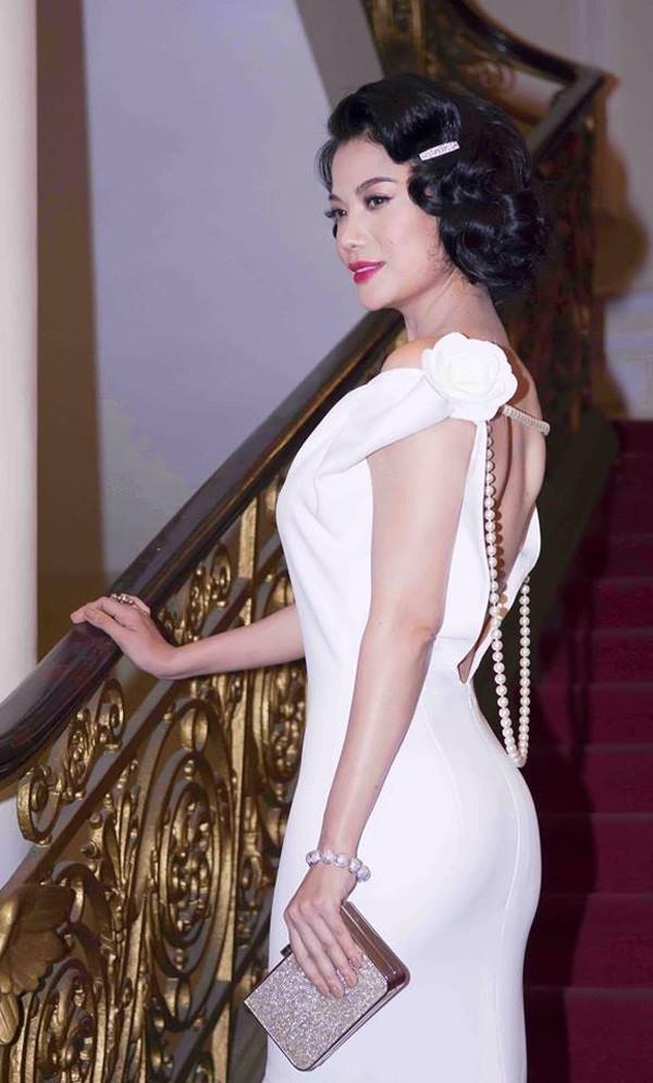 Trương Ngọc Ánh mang đến bộ đôi hoàn hảo giữa lối trang điểm cổ điển cùng váy áo có đính ngọc trai.