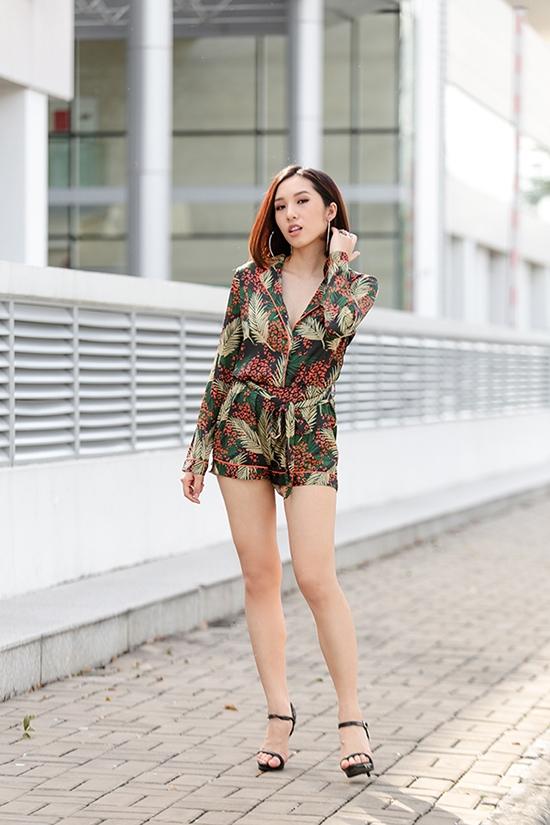Thiết kế jumpsuit mà Emily diện mang đậm hơi thở mùa hè với loạt họa tiết hoa lá nổi bật, bắt mắt. Loại trang phục này được phái đẹp khá ưa chuộng trong khoảng thời gian gần đây bởi sự đơn giản, tiện dụng nhưng rất đỗi thu hút.