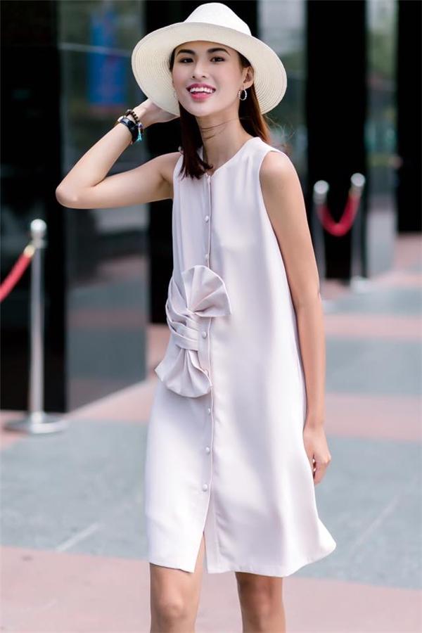 Với những cô gái ưa chuộng vẻ ngoài thanh lịch, cổ điển, váy trắng suông giấu đường cong kết hợp mũ fedora của Cao Thiên Trang sẽ là một gới ý tuyệt vời. Với phom trang phục này, bạn có thể thoải mái vận động, di chuyển và tham gia nhiều hoạt động vui chơi thú vị trong hè.