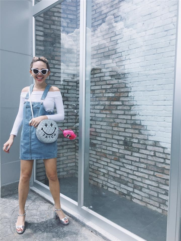 Tóc Tiên như trở về thuở đôi mươi với váy yếm jeans kết hợp chiếc túi đeo vui mắt. Gu thời trang đường phố của nữ ca sĩ luôn ghi điểm bởi yếu tố độc, lạ.