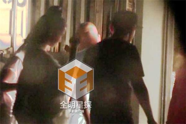 Rộ tin Angela Baby có thai, Huỳnh Hiểu Minh dìu đỡ vợ cẩn trọng