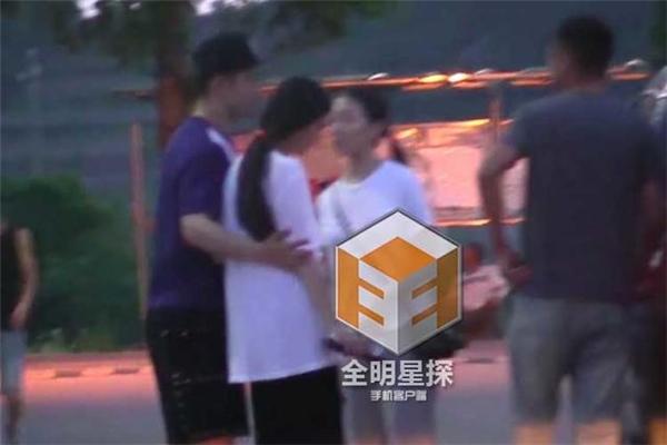 Nam tài tử tỏ ra cẩn trọng khi ôm dìu vợ.