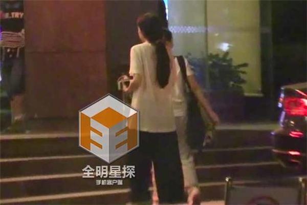 Cặp đôi trở về khách sạn để nghỉ ngơi.