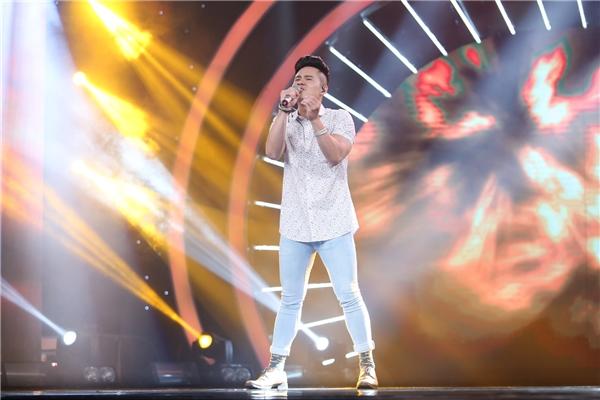 """Tự tin biểu diễn ca khúc Chạy của Phạm Toàn Thắng, Minh Trị """"tăng động"""" hết cỡ trên sân khấu khiến khán giả không biết anh đang hát cái gì vì không nghe rõ lời."""