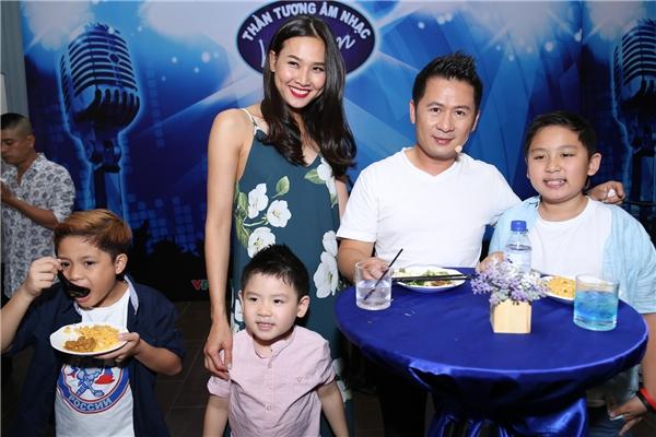 Dương Mỹ Linh cùng các con của Bằng Kiều đến cổ vũ tinh thần cho nam ca sĩ.