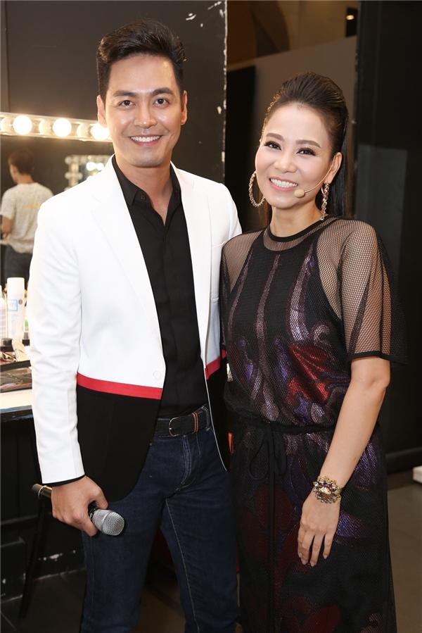 Giọng ca Đừng yêu trao đổi nhanhvà vui vẻ chụp ảnh cùng MC Phan Anh.